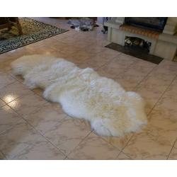 Dve zošité biele kožušiny